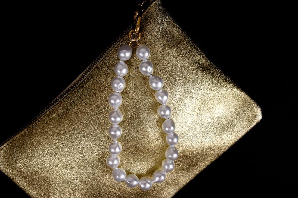 Pochette con manico in perle